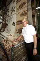 Erik Brennmoen hos teppeleverandøren Gulvex med maskinproduserte kinesiske tepper.
