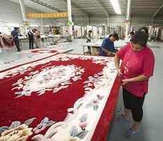 Kanting av tepper i farger og mønstre som nok skal eksporteres til helt andre land enn Norge.