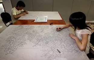 Fortsatt tegnes design av hele teppet for hånd.