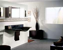 Harmoni på badet - gulvet matcher vegg. Her er det også montert dekorstripe på en kreativ måte.