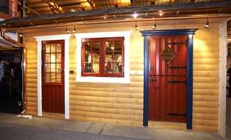 Den fineste hytteveggen - hos Isola, produsent av isolasjonsprodukter. Tømmeret er beiset for å fremheve treverket, mens vinduer, dører og tilhørende innramminger viser mulighetene til staffasjefarger.
