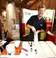 Fra standen til IFI: Jostein Brekka fra Jordan demonstrerer bruk av malerverktøy. Malingprodusentene Beckers, Nordsjö, Steen-Hansen, Dyrup og Scanox demonstrerte også produkter i løpet av messehelgen.