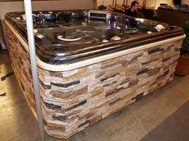 Utendørs bad med klasse (pris ca. 130.000 kroner). Steinfasaden er ikke ekte - den er av polykarbonat. Fra Quality Spas på Kongsberg.