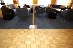 Kombinasjon av mosaikkparkett og teppe også i mingleområdet.