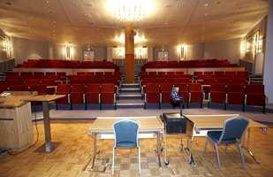 En kombinasjon av mosaikkparkett og tepper i auditoriet.