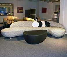 Grått matcher det meste - også i en møbelforretning. Legg merke til sofaen - de kommer nå i mange rundere former.