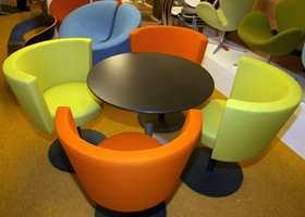 Fargealternativene finns - fra et gult teppe under fargesterke møbler.