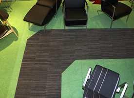 Teppeflisene i gangsonen er i en enda sterkere kvalitet enn den grønne varianten. En gangsone tar også vekk mye smuss fra teppegulvet i resten av arealet.