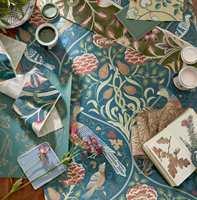 <b>FARGER:</b> Mønster- og fargerikt - likevel harmonisk og godt avstemt. Finn din favoritt og bruk den som utgangspunkt for fargene til resten av huset. Tapet og tekstiler fra Melsetter.
