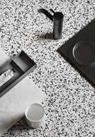 <b>TIDLØST:</b> «Contrast Multi» er et tidløst svart/hvittmønster der kontraster av lyst og mørkt i likevekt skaper en dybde som fanger blikket.