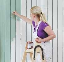 - Mange velger fortsatt oljemaling fordi de tror det er enklere å male med det, tror malermester Tina Juuhl.