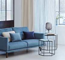 <b>HYGGE:</b> Gardiner demper akustikk og hindrer innsyn, og gjør stuen til en hyggeligere plass å slappe av i. Tekstilene her er fra Intag.