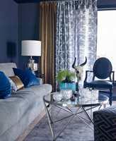 <b>FLERE LAG:</b> Lag på lag med gardiner gjør stuen lun, demper lyd og understreker stilen.
