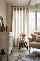 <b>SØM:</b> Pent sydde gardiner er en forutsetning for vellykket resultat. Tekstilene her er fra Sanderson, kolleksjon Embleton Bay, som føres av Intag.