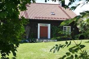 <b>SORT:</b> Hus som omkranses av mye vegetasjon kler godt sortaktige farger.