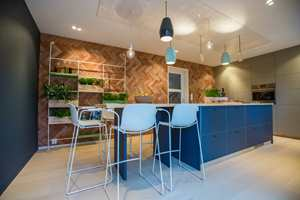 <b>FRONTER:</b> I det populære fjernsynsprogrammet «Tid for hjem» på TV2, ble frontene til et IKEA-kjøkken kledd med møbellinoleum. (Foto: Tid for hjem/TV2)