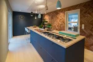 <b>TID FOR HJEM:</b> Skrogene på kjøkkenet er fra IKEA, mens frontene ble laget av «Tid for hjems» medarbeidere, og kledd med møbellinoelum. Det ble brukt en grå til høyskapene og en blåfarget linoleum til skuffene på kjøkkenøyen. (Foto: Tid for hjem/TV2)