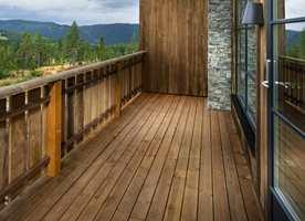 Tjæren forhindrer at treverket tørker ut, sprekker opp og trekker inn vann. Den inneholder et beskyttende UV-filter og bevarer treverkets naturlige grå farge, eller kan blandes i lyse eller mørke farger.