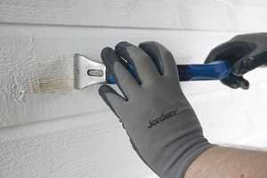 Før du skal male huset, er en grundig rengjøring avgjørende. Er det gamle malingslaget løst, er det viktig at du også skraper bort det løse laget. I denne videoen kan du se hvordan det gjøre, trinn for trinn.