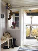 <b>SJARMERENDE:</b> Fargene på interiør og natur står nydelig til hverandre. En enkel, praktisk benk ble snekret, og hesjestaur fungerer som oppheng i taket.
