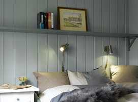 En hyggelig sengeplass! Dempede, freshe farger skaper en innbydende atmosfære, sammen med sengetøy og saueskinn.