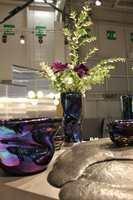 Populære Tom Dixon var også i Paris med blått, nye vaser med overflate som minner om olje på vann.