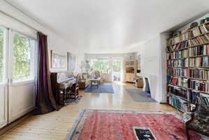 <b>FØR: </b>Denne stuen fikk nytt gulv og alle overflater sparklet og malt. (Foto: Creative Living)