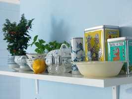 Tilfør krydder til et ton-i-ton-rom med små innslag av andre farger.