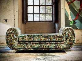 <b>KONTRAST:</b> En sofa trukket med tekstil fra Aldeco poserer i rustikke omgivelser, der teppet er en spennende kontrast til omgivelsene.