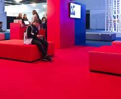 <b>ROLIG:</b> Ved inngangen til trendsonen på Heimtextil slappet folk av, og teppet på gulvet dempet lyden.