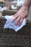 <b>FLEKK VEKK:</b> Tørk av med en våt klut og skyll med vann.