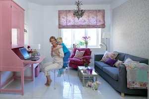 Lysnede vegger og blankt, gråmalt gulv har gjort underverker for rommet, som sammen med rosafargene har fått et lyst, romantisk uttrykk.
