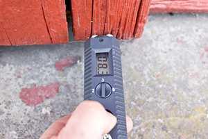 <b>ENDEVED: </b> Nederst på kledningen, rundt vinduer og andre utsatte steder bør måles ekstra nøye.