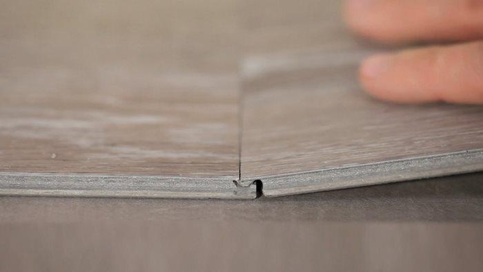 <b>TØRT:</b> Klikk-vinyl kan brukes innendørs i alle tørre rom, og fungerer sammen med gulvvarme. Det er bare å klikke bordene sammen, og du har nytt gulv på null komma niks! Her er Starfloor Click fra Tarkett. (Foto: Tarkett)