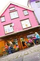 Rosa oppfattes sjelden som en egnet husfarge. Her er fasaden til en kafé i Stavanger malt i en utradisjonell kulør. (Foto: CH - Visitnorway.com)