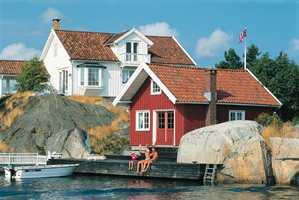 Hvite hus er vanlige, ikke bare i Skottevik på Sørlandet. (Foto: Kurt Hamann/Visitnorway.com)