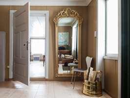 <b>GUL:</b> Gangen i et gammelt hus er ofte kald, her kompenseres det med en varm gultone. Herfra kan du velge å ta døren til høyre og den rosa stuen, eller til venstre og det blågrønne kjøkkenet, eller rett fram til det grønne biblioteket. Alle dørene i huset er malt i en varm hvittone. Farger: Vegger S 3020-Y20R.