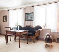 <b>ROSA:</b> Når vi snur ryggen til den grønne stuen, venter en rosa opplevelse. Rosa er viktig og riktig i mange paletter og skaper en spesiell lunhet. Farger: Rosa vegger S 3010-Y70R, Gulvlist S 5010-Y70R, Gulv oljet furu, Tak S 0502-Y, Gardiner KRIVI VEV.