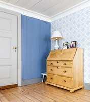 <b>TAPET:</b> Hvert rom har sin farge. Panelveggene er malt i en farge tatt ut av tapetet. Tapet: Dellen, Gammalsvenska tapeter, Duro Tapet.