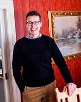 <b>SPESIALIST:</b> Interiørarkitekt Tomas Gjetmundsen har renovering og fargesetting av eldre bygg som spesialfelt. Rød vegg: hovedfarge S 3330-Y50R
