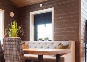 <b>VARMBRUNT: </b>Brunt er en farge som blir stadig mer populær og gradvis erstatter brunfarger de grå og hvite panelveggene på hytter og i hjem.