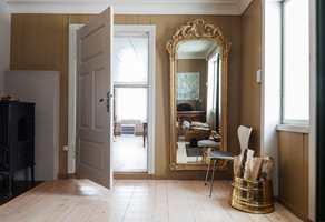 <b>TRADISJON:</b> Fargesettingen er inspirert av den rådende stilen da huset ble bygget på 1700-tallet. Taket og vinduene er malt i samme hvitfarge, Y 0604-Y26R, en anelse mer rød enn eggehvit. Dørene er bevisst brukket i en nyanse mer grå, nærmere S 1502-Y.