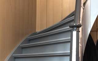 Trappa i den store gangen snor seg fint opp fra første til andre etasje. Den er malt i tre ulike grånyanser, helt i tråd med tradisjonene for et hus fra 1700-tallet.