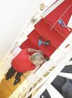 Om du er nevenyttig, kan du legge løper i trappen selv. Ellers kan en teppelegger godt gjøre jobben for deg.
