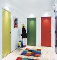 Når gangen har flere dører, er det et morsomt grep å bruke ulike farger for de forskjellige dørene.  Foto: Ketil Jacobsen/ifi.no