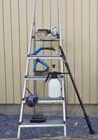 <b>DETTE TRENGER DU: </b>Med rengjøringsmidlet blandet ut i en trykksprøyte og vaskekosten montert på forlengerskaft er fasadevasken unnagjort på kort tid. En skurepad fjerner gjenstridig skitt, og løs maling og død ved fjernes med skrape eller stålbørste.