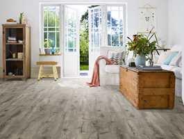 Laminatgulvet Heritage Grey Oak fra kolleksjonen Long Boards har ekstra lange og brede bord. Kombinert med lyst interiør skapes en rustikk og koselig New England-atmosfære.