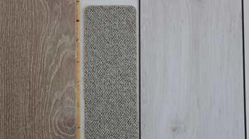 Tre typer gulv som kler fargene: hvit- og grålasert parkett, hvitaktig klikkvinyl med trestruktur og lyst melert teppe med tett løkkeluv. Hva som passer hos deg kommer an på hvilke egenskaper du vil ha, hva som passer til underlaget og hvordan det skal legges.