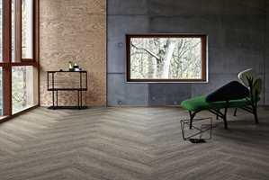 <b>TEPPE:</b> Med teppefliser får du kanskje ikke et like naturtro tredesign som med de andre gulvtypene, men du får allikevel de naturlige looken sammen med et varmt, myk og behagelig gulv. Her er teppeflisene Touch of Timber Walnut fra Interface.