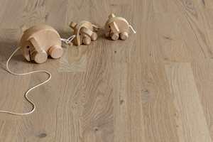 <b>IKKE NØYTRAL:</b> Shade Oak Soft Beige heter denne parketten fra Tarkett. Skal den bli like «soft beige» ferdig lagt må veggfargen avstemmes mot gulvet.